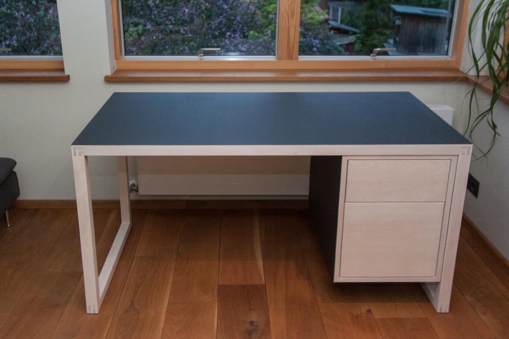 Ahorn-Schreibtisch mit Linoleum und Grifflosen Schubkästen.