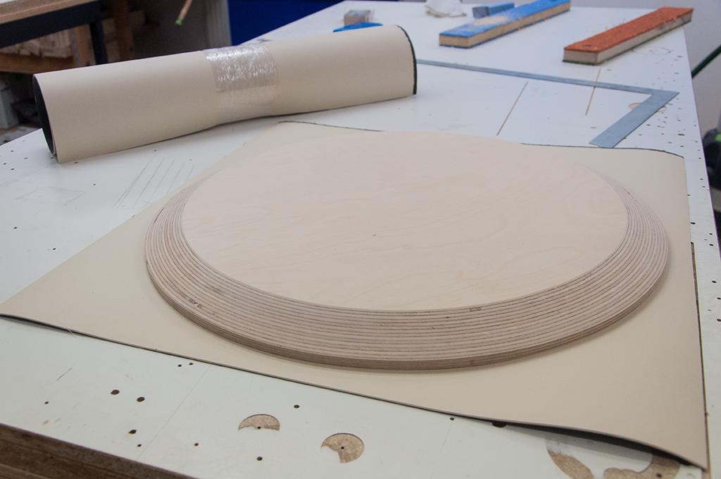 Angefaste Tischplatte und cremefarbenes Möbel-Linoleum