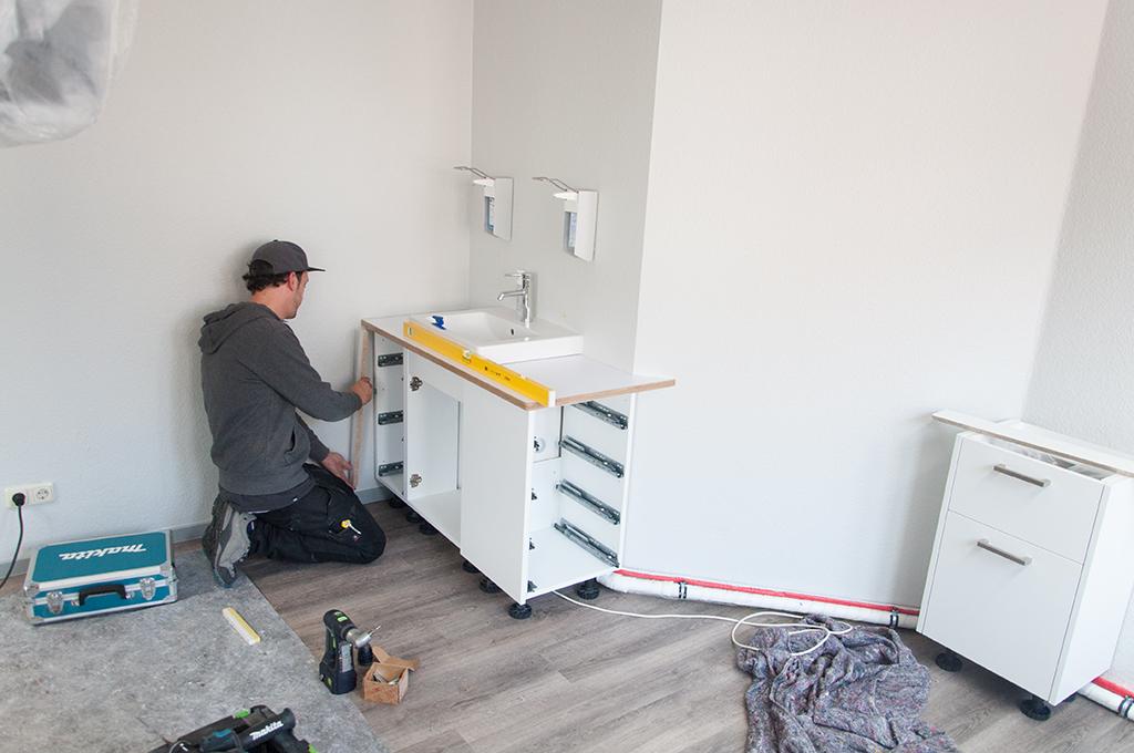 Aufbauen des Waschtischunterschranks