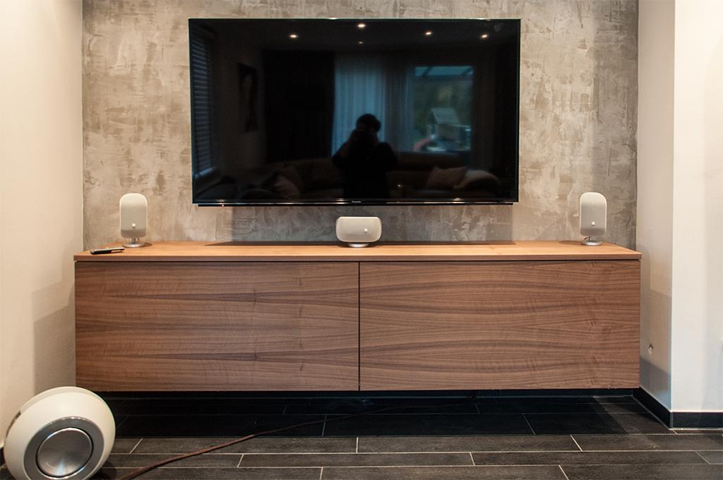 Wandhängendes HIFI-Möbel in Nussbaum mit durchgehender Front.