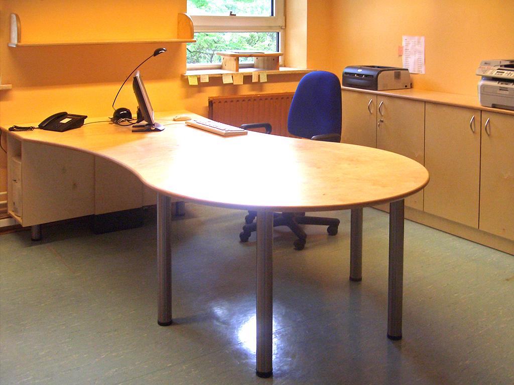 Bürotisch, Schrank und Regal aus lackiertem Birkenmultiplex