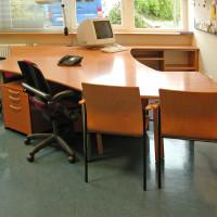 Bürotisch mit Unterschränken aus lackiertem Buchenmultiplex