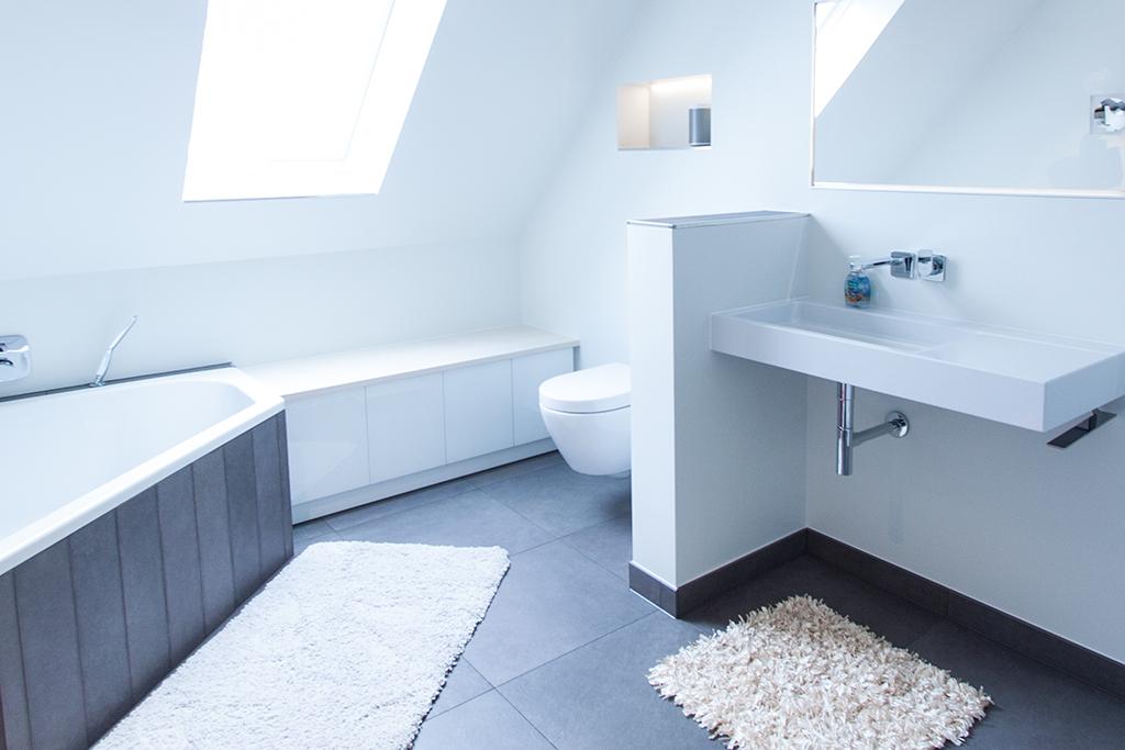 Badezimmer-Einbauschrank mit weißen Glastüren und weiß-geölter Holzplatte