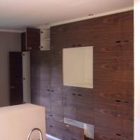 Badezimmerschrank in Nussbaum und Weiß