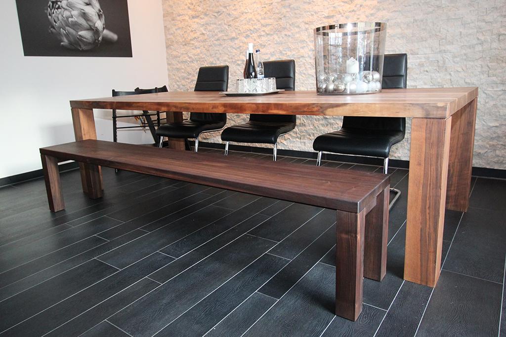 Tisch und Bank aus massivem Nussbaum.