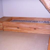 In den Raum eingepasstes Bett aus Buche