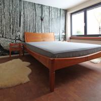 Bett aus massivem Kirschbaumholz