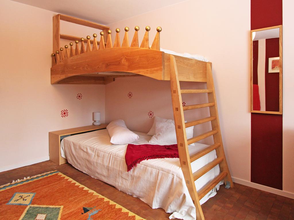 Kinderhochbett mit Regal und Leiter aus Esche