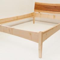 Bett aus Ahorn mit Rückenlehne aus Apfelbaumholz