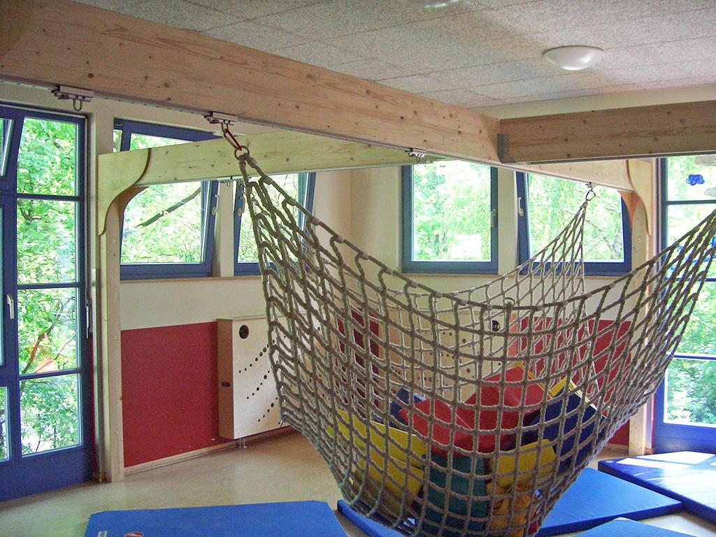 Ein Netz ist an verstellbaren Schienen an Balken befestigt.