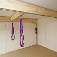 Ein Bewegungsraum in einer Kita in Hamburg. Balken mit verstellbaren Schienen zur Nutzung von Hängematten, Schaukeln, Kletterseilen, etc.