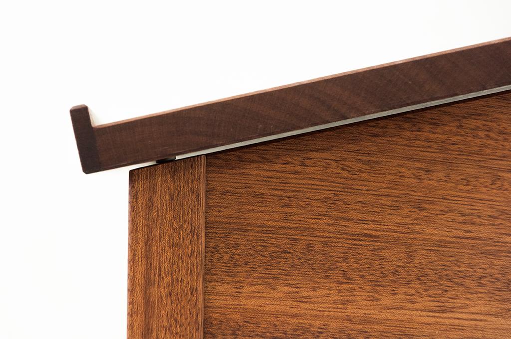 detailansicht-klappe-auf-angeschraegter-zarge