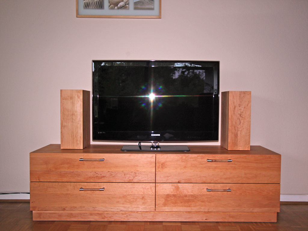 TV-Möbel aus Kirschholz.
