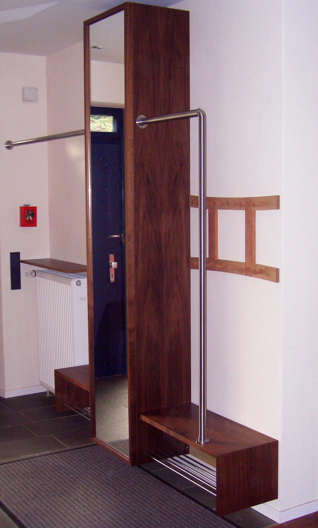 Garderobe aus Nussbaum mit Kleiderstange