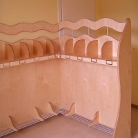 Kita-Garderobe aus lackiertem Multiplex.