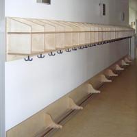 Garderobe mit Eigentumsfächern, Kleiderhaken und Schuhablage aus lackiertem Multiplex.