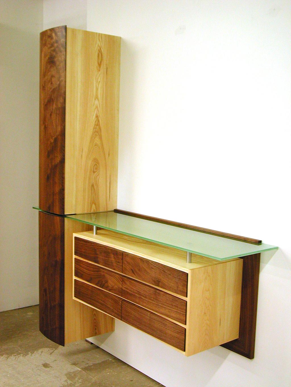 Garderobe aus Esche, Nussbaum und Glas mit gerundeteter Front