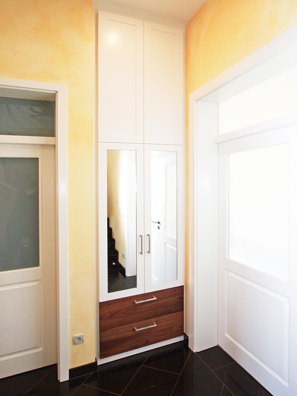 Eingebaute weiße Garderobe mit Nussbaum Schubkästen