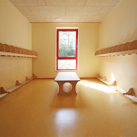 Garderobe aus lackiertem Birkensperrholz