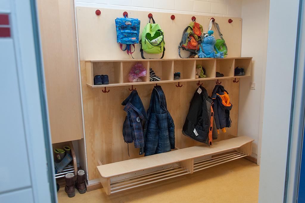 Kita-Garderobe mit Haken für Rucksäcke.