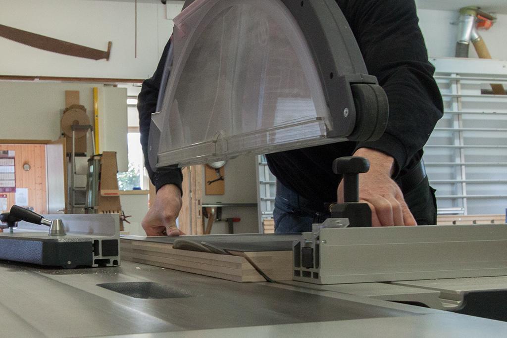 Gehrung an Tischplatte mit Hirnholzfederleisten