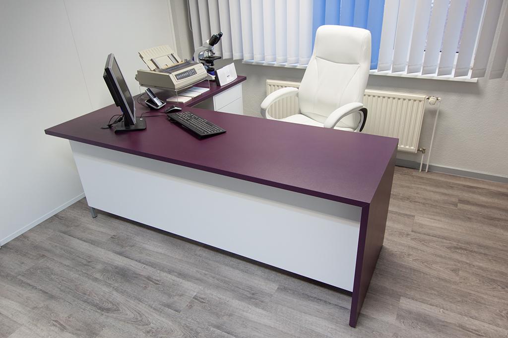 Großer, moderner Schreibtisch, weiß und lila Schichtstoff