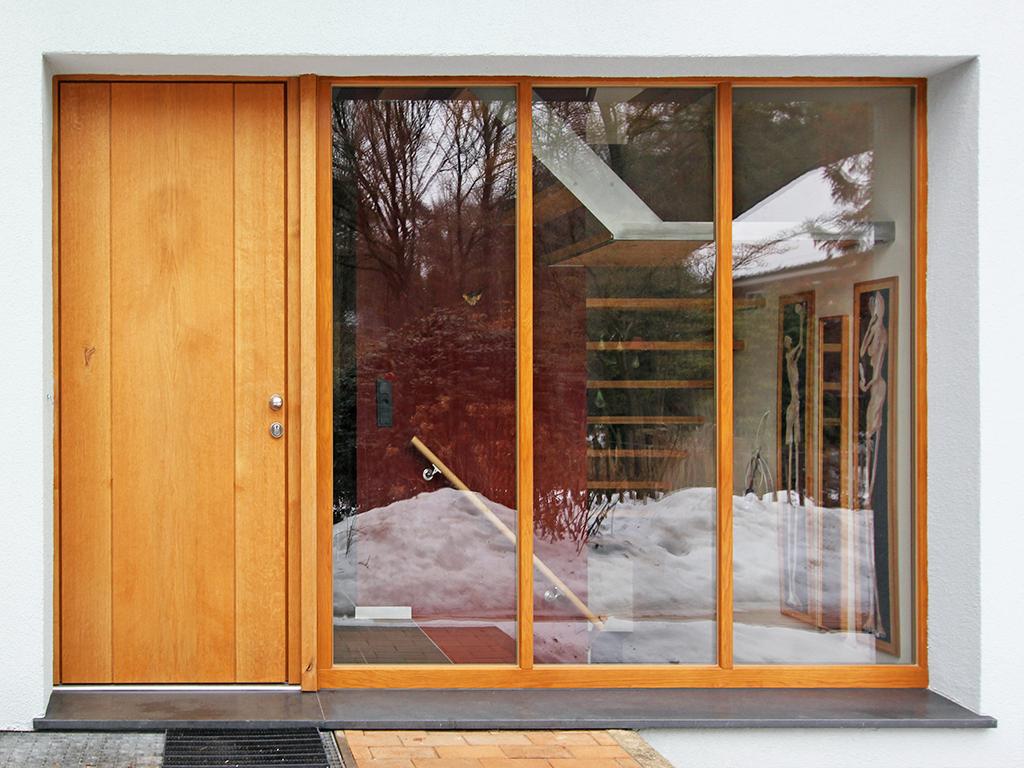 Haustür und große Fenster