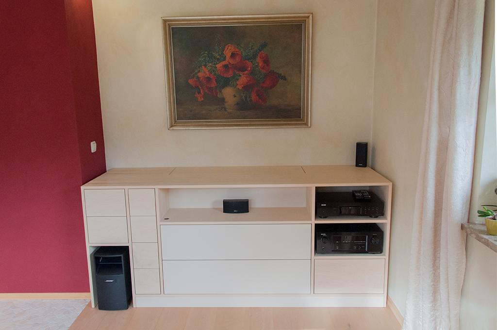 Hifi-Möbel mit TV-Lift in Ahorn und Linoleum mit Massivholzschubkästen.