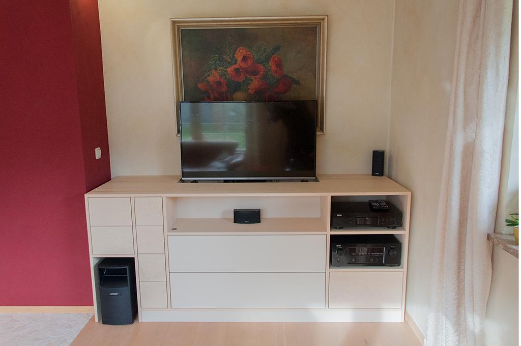 Mit dem TV-Lift lässt sich der Fernseher per Fernbedienung hoch- und runterfahren. Eine Klappe schleißt bündig mit der Top-Platte des Möbels ab.