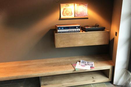 Sitzbank in Eiche und Musikschrank mit Bronze-Front