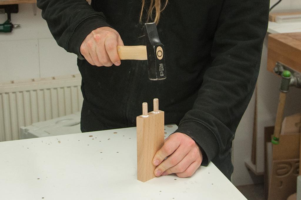 Holzdübel verleimen und einschlagen