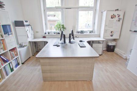Schreibtisch für 2 aus grau gebeiztem Ahorn