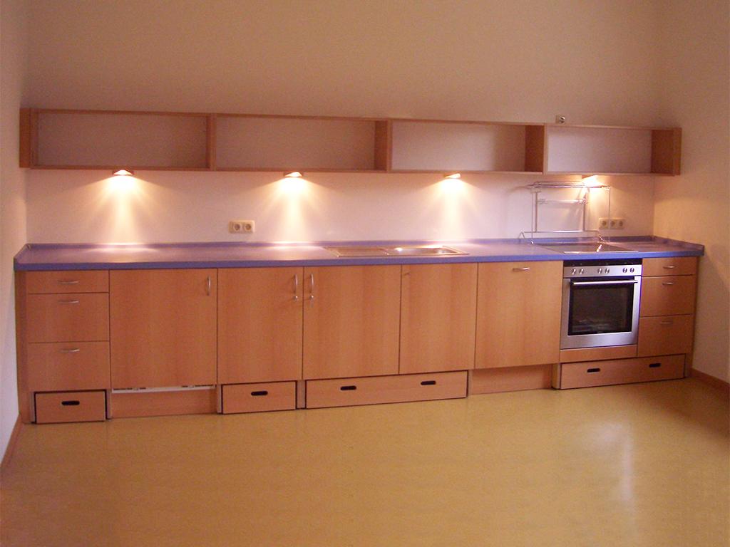 Küche mit ausziehbaren Trittstufen für Kinder