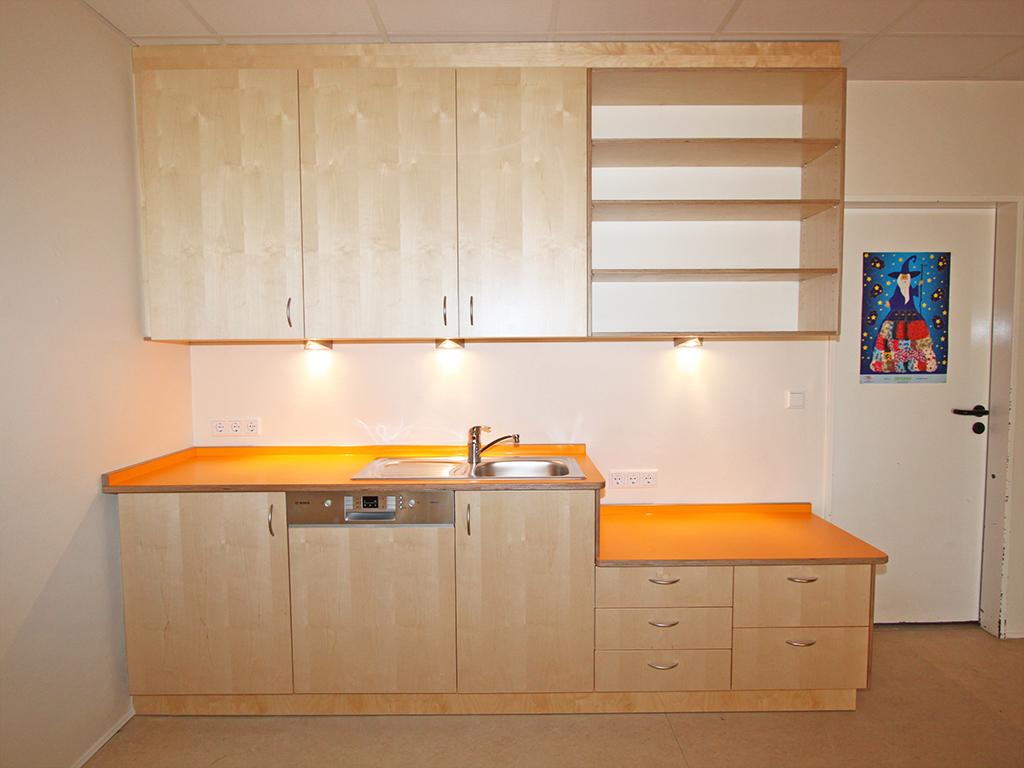 Kita-Küche mit Lackierten Birkenfronten, Arbeitsfläche zum Teil auf Kinderhöhe