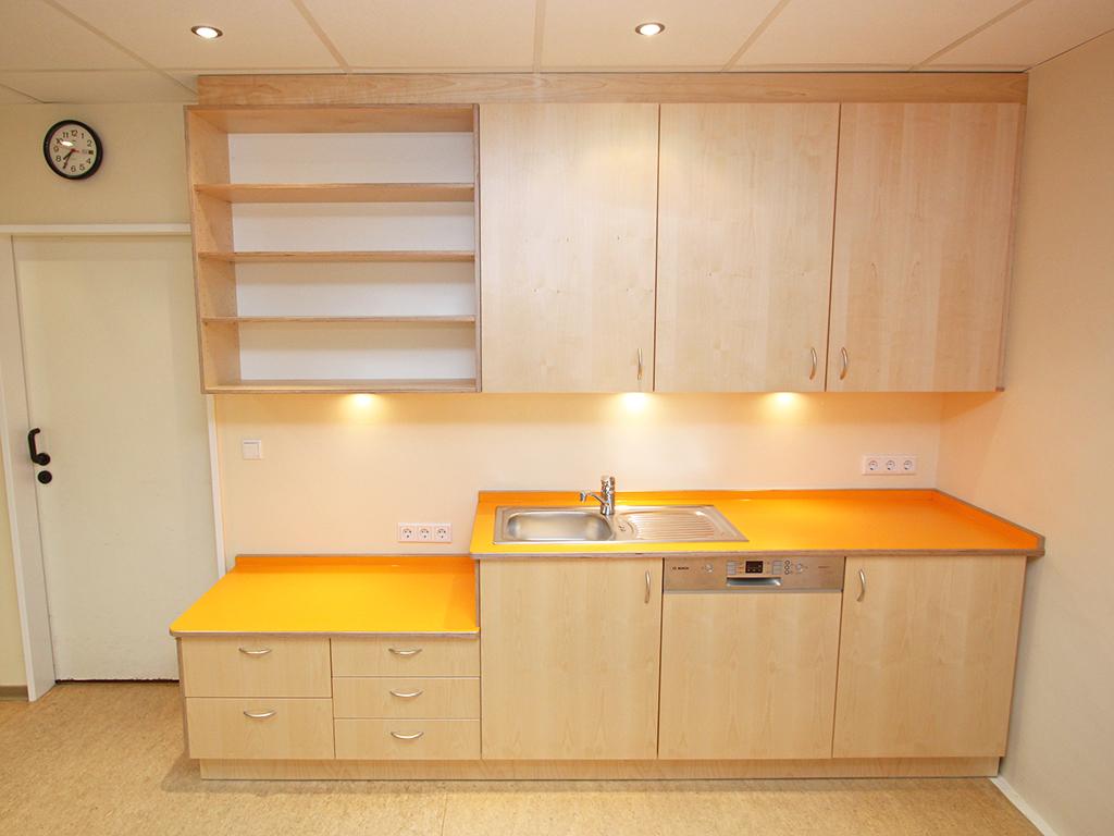 Küche mit Lackierten Birkenfronten und orangener Arbeitsplatte,
