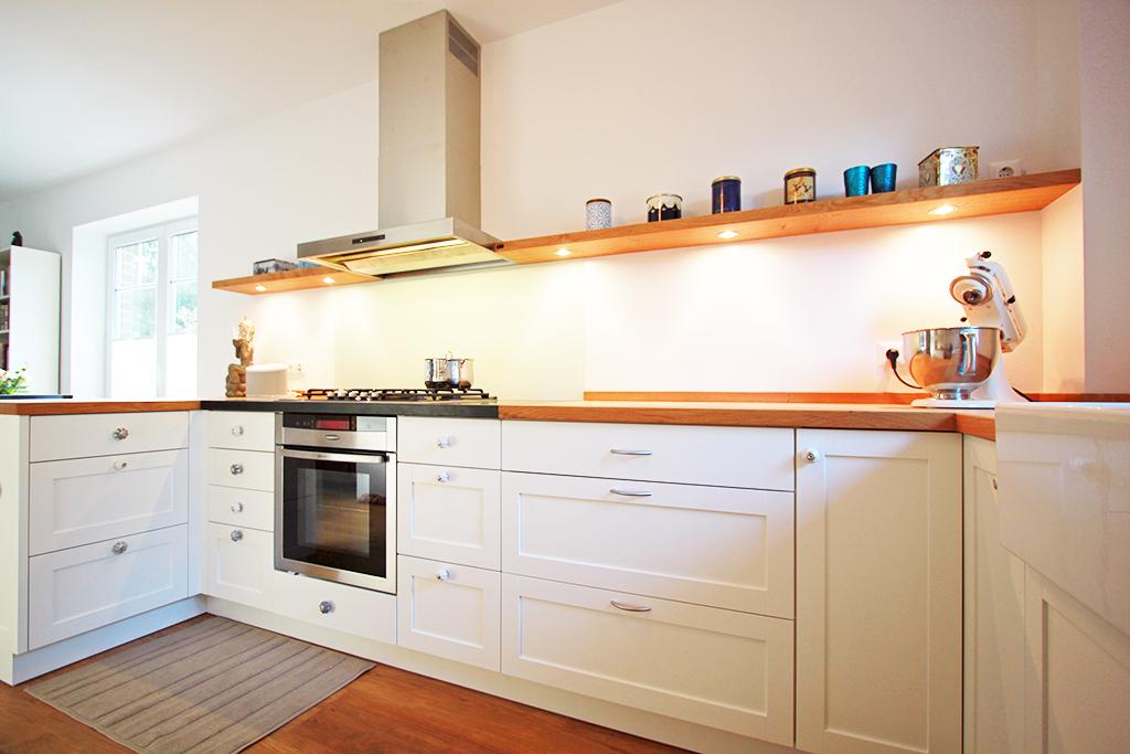 Küche mit massiver Eichenarbeitsplatte und Regal, Unterschrank mit weißlackierten Rahmen-Füllung Fronten