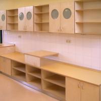 Kita-Küche mit niedriger Arbeitsfläche