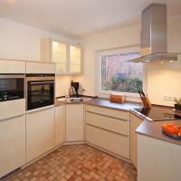 Küche mit Birkenfronten, Arbeitspaltte aus Naturstein