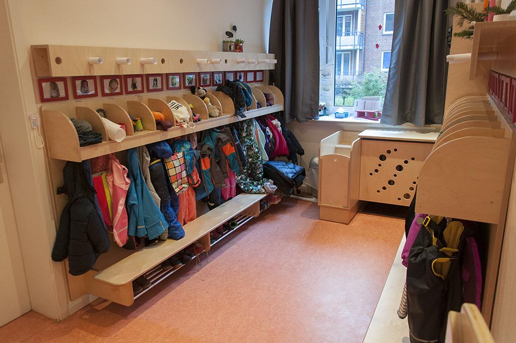 Kita Garderobe in lackiertem Birkenmultiplex.