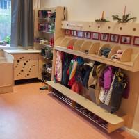 Kita-Garderobe mit Gummistiefelregal und Elternpost.