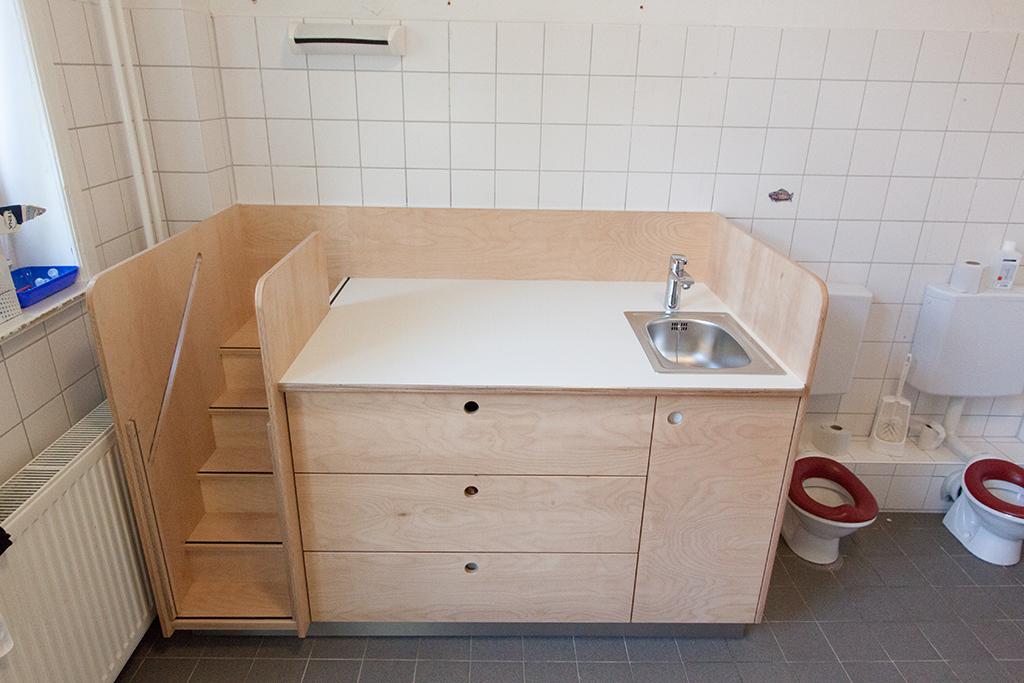Kita Kindergarten Wickeltisch mit Treppe, Waschbecken, Scubkästen