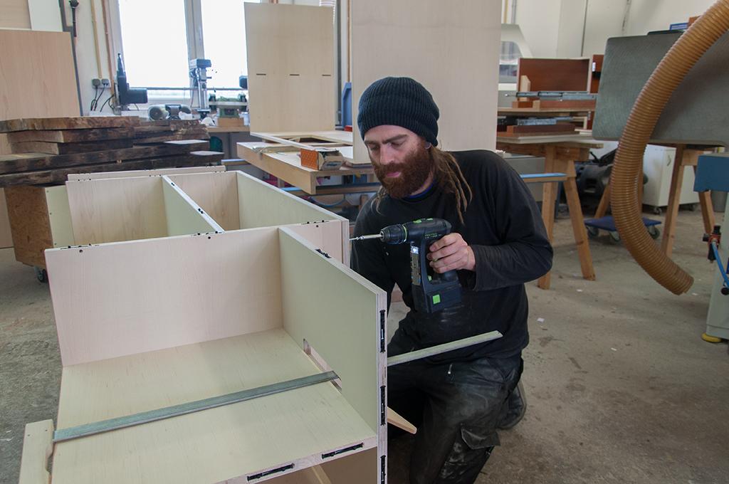 Korpus des Hifi-Möbels TV-Möbels zusammenbauen