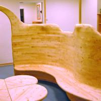 Leseecke aus massivem Fichtenholz mit Torbogen, Sitzbank und Tisch