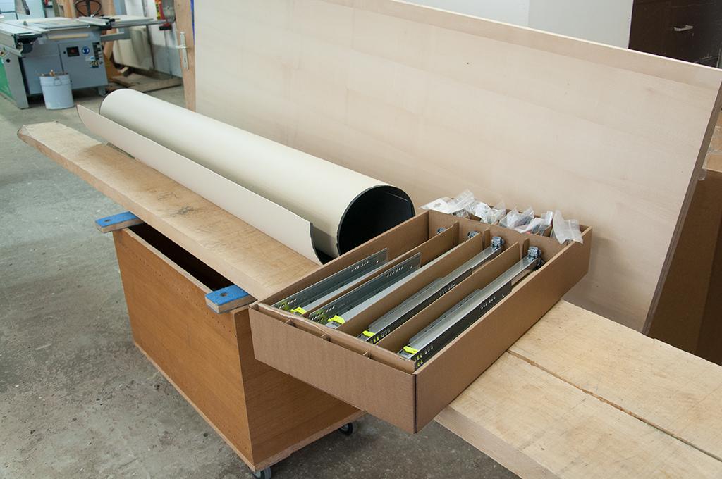 Material für TV-Möbel. Linoleum, Ahorn-Bohlen, Ahorn-furnierte Tischlerplatte, Vollauszüge