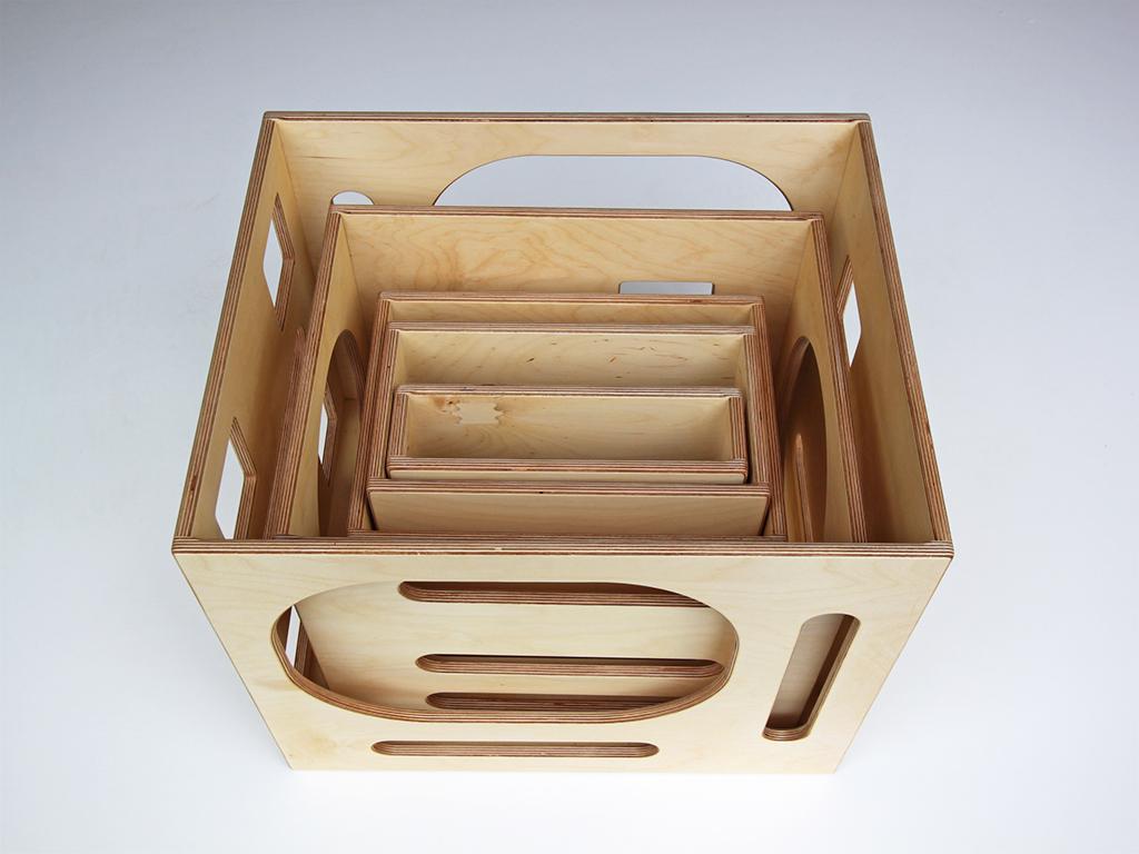 Set aus fünf Motorikkästen aus geöltem Birkenmultiplex. Dazu gehören zwei Bretter und zwei Balken