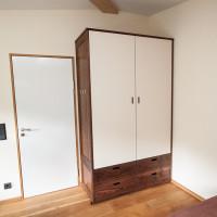 Kleiderschrank aus Nussbaumholz mit Linoleum beschichteten Türen