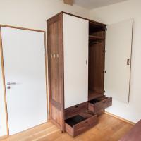 Kleiderschrank aus Nussbaum mit vier großen Schubkästen und Türen beschichtet mit cremefarbenem Linoleum