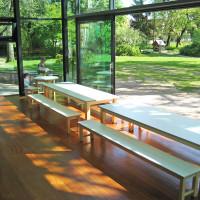 Tische und Bänke im Kita-Restaurant