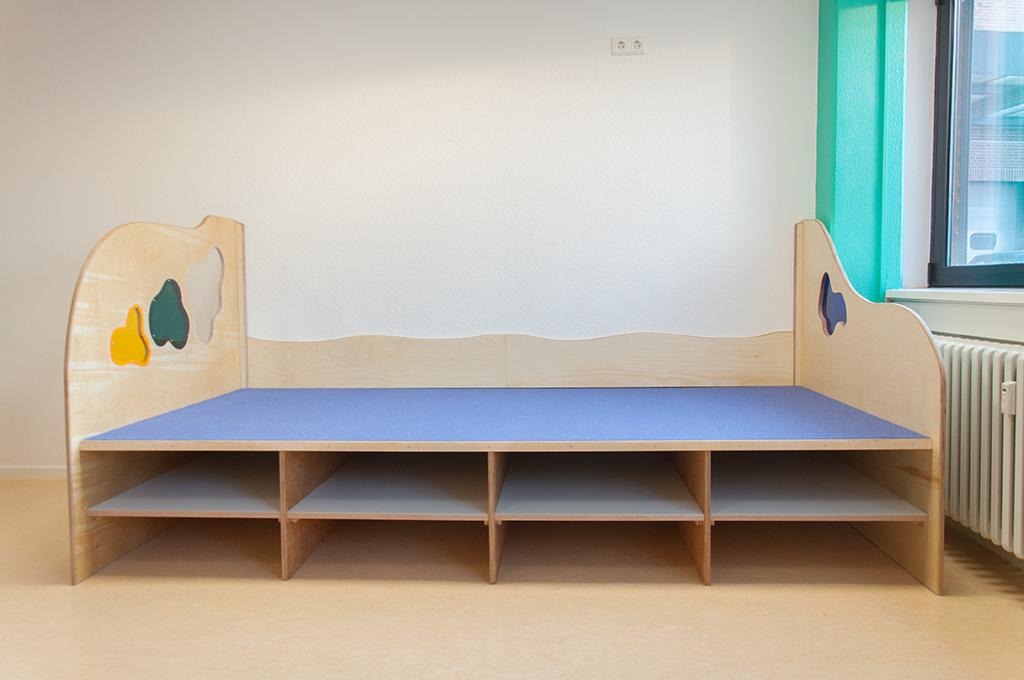 Schlafpodest mit Fächern für Matratzen