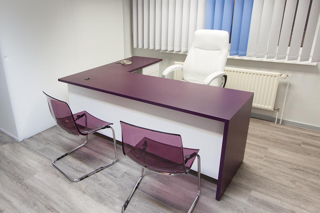Schreibtisch einer Arztpraxis mit Lila Schichtstoff